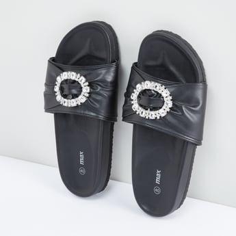 حذاء خفيف مزيّن بحلقات