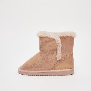 حذاء بوت أوغ مزيّن بالجليتر مع تفاصيل مخمليّة