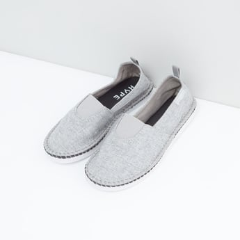حذاء قماش سهل الارتداء وبارز الملمس