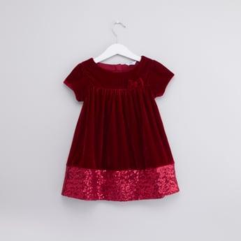 فستان بارز الملمس بياقة مستديرة وتفاصيل ترتر