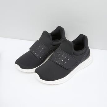 حذاء رياضي باشرطة