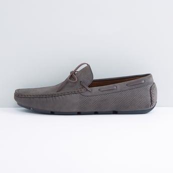حذاء موكاسين مثقّب سهل الارتداء بفيونكة