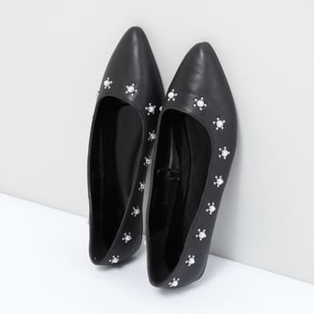 حذاء سهل الارتداء مرصّع بتفاصيل لؤلؤ