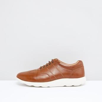 حذاء برباط مع تفاصيل درزات