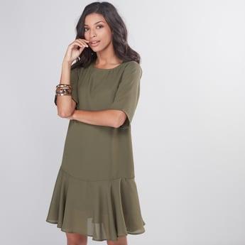 فستان قصير بياقة مستديرة وأكمام قصيرة وطبعات