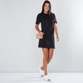 فستان قصير بياقة مستديرة وأكمام قصيرة
