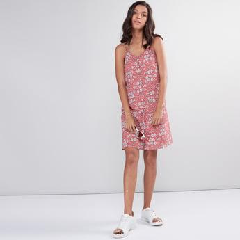 فستان بحمّالات رفيعة وطبعات أزهار