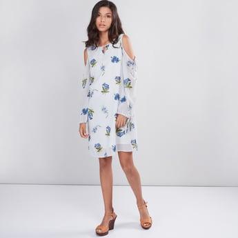 فستان مكشوف الأكتاف بياقة مستديرة وطبعات أزهار