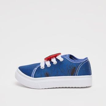 حذاء سنيكرز بطبعات سبايدر مان ورباط وتفاصيل مزخرفة