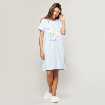 فستان نوم بطبعات بياقة مستديرة وأكمام قصيرة