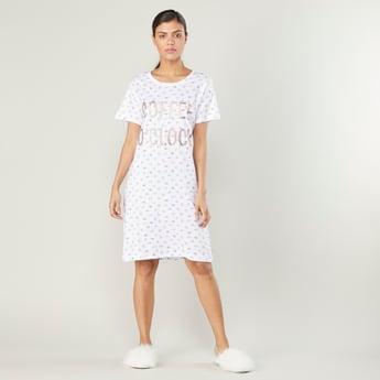 فستان نوم بأكمام قصيرة وطبعات