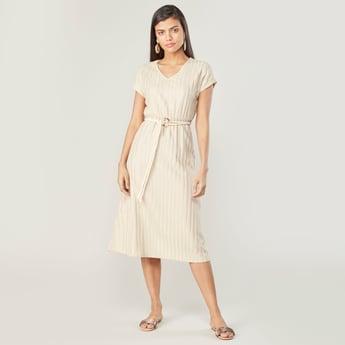 فستان بارز الملمس متوسط الطول إيه لاين بأكمام قصيرة وطبعات وحزام