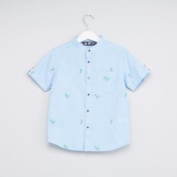 قميص مطرّز مع ياقة عادية ماندرين وأكمام قصيرة