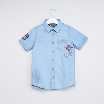 قميص بأكمام قصيرة وجيب على الصدر مع تفاصيل مُزخرفة