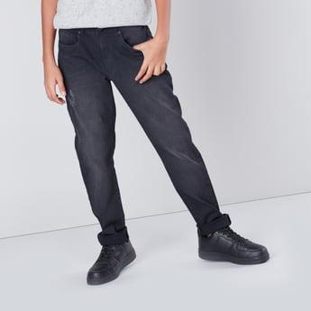 بنطال جينز طويل ممزّق بجيوب وحلقات للحزام