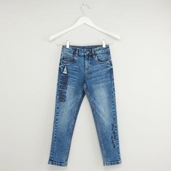بنطلون جينز برقعة مطرّزة وجيوب وزر إغلاق