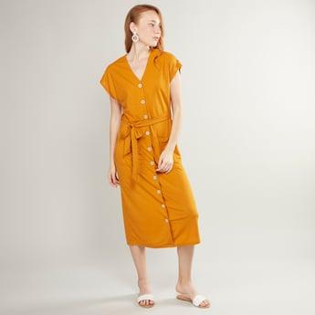 فستان سادة بياقة V وأزرار ورقعة جيوب