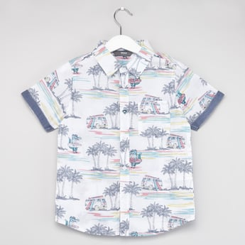 قميص بطبعات تروبيكال وأكمام قصيرة وياقة عادية