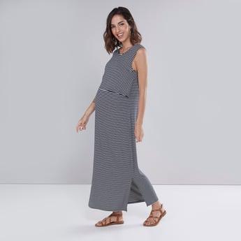 فستان طويل متعدد الطبقات دون أكمام بتقليمات وفتحة جانبية للحوامل