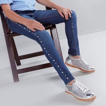 بنطال جينز طويل مزين بشريطة جانبية