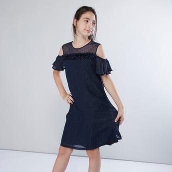 فستان بارز الملمس بأكتاف مكشوفة وحواف بتفاصيل بتلة