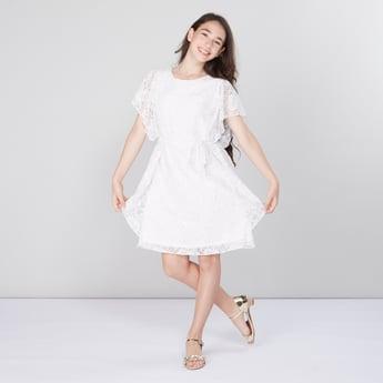 فستان بياقة مستديرة مع تفاصيل دانتيل وأكمام كاب