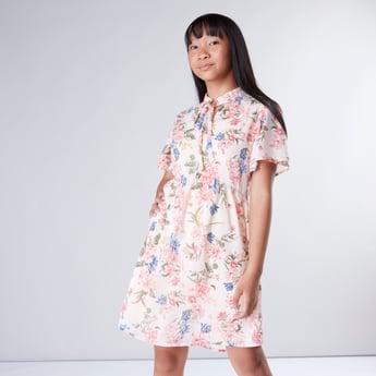 فستان متوسط الطول بطبعات لأزهار وأكمام واسعة ورباط