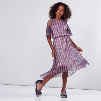 فستان مقلّم بأكتاف مكشوفة وحوّاف غير مستوية