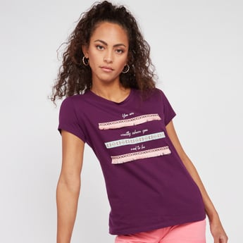 Typographic Print T-shirt with Short Sleeves and Fringes