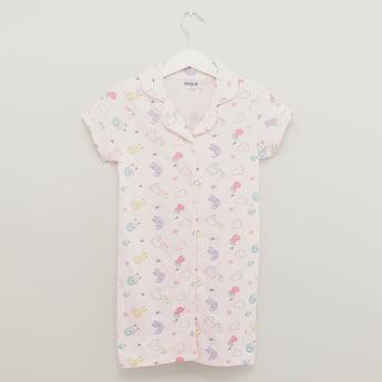 قميص نوم بياقة عاديّة وأكمام قصيرة وطبعات