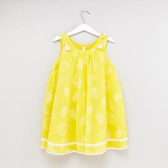 فستان دون أكمام بياقة مستديرة وتقليمات وطبعات