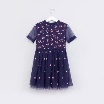 فستان مطرز بالأزهار مع اكمام قصيرة شبكية