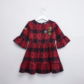 فستان بأكمام طويلة وياقة مستديرة وطبعات