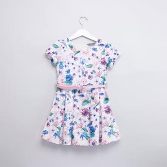 فستان بياقة مستديرة وأكمام قصيرة وطبعات زهرية وحزام