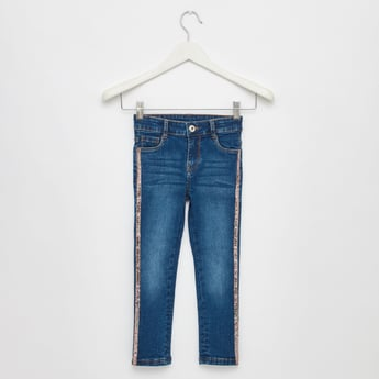 بنطلون جينز طويل مطرّز بالتّرتر بـ5 جيوب وتقليمات جانبيّة
