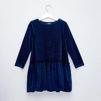 فستان بارز الملمس بتفاصيل طية وأكمام طويلة
