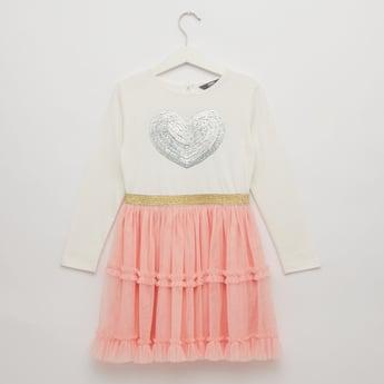 فستان مزين بياقة مستديرة وأكمام طويلة