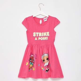 فستان بأكمام قصيرة وطبعات إل أو إل سربرايز