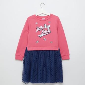 فستان بأكمام طويلة وطبعات من جوجو سيوا