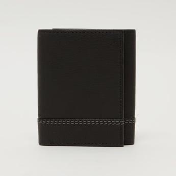 محفظة بطيّة ثلاثية وتفاصيل مغرّزة