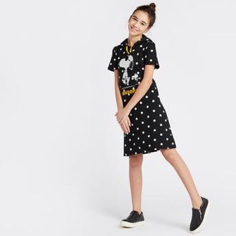 فستان بمنقّط طول الركبة بطبعات سنوبي وأكمام قصيرة