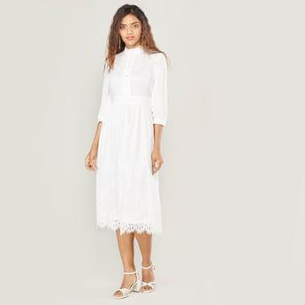 فستان ميدي دانتيل بياقة عادية وتفاصيل زر مزيّنة