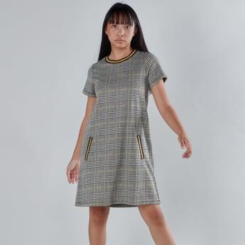 فستان كاروهات بأكمام قصيرة وجيب