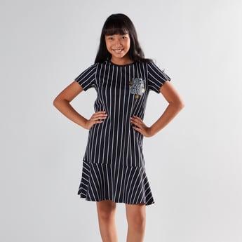 فستان ميدي مقلّم بياقة مستديرة وأكمام قصيرة