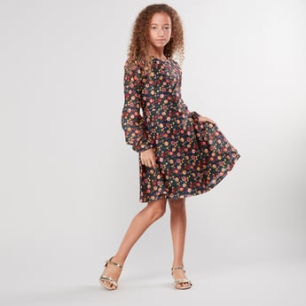 فستان بياقة مستديرة وأكمام طويلة وطبعات