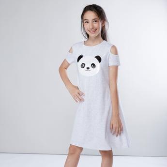 فستان مكشوف الأكتاف بياقة مستديرة وتفاصيل ترتر قابلة للإستخدام على الوجهين
