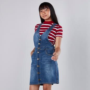فستان دنغري من دنيم بتفاصيل جيوب وأزرار