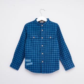 قميص بياقة عاديّة وأكمام طويلة مع تفاصيل جيب