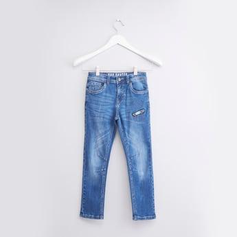 بنطال جينز بتفاصيل مطرزة مع 5 جيوب وحلقات للحزام