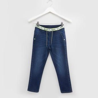 بنطلون جينز طويل بطبعات بخصر مطاطي مع تفاصيل جيوب